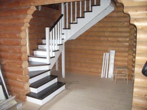 Чем покрасить лестницу из дерева
