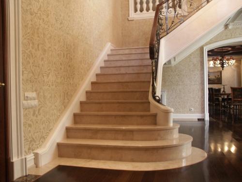 Лестница из камня в доме