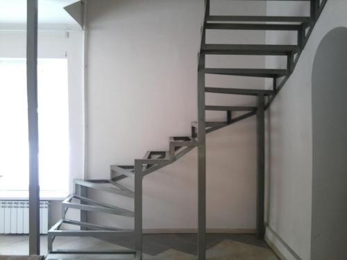 лестница на металлокаркасе с обшивкой деревом
