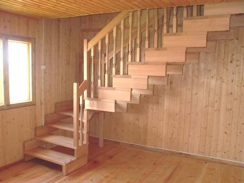 лестница на второй этаж дачного домика