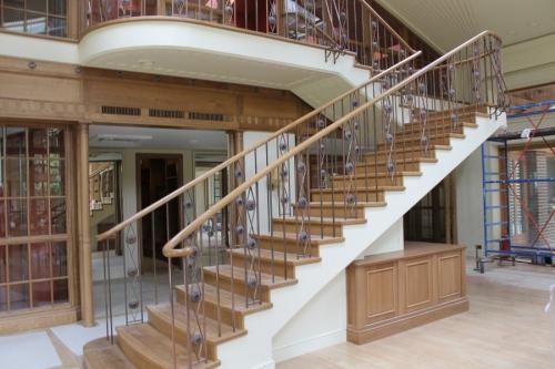 отделка лестницы в доме на второй этаж